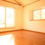 ■陽当たり良好な7帖の洋室は嬉しいエアコン付きです!
