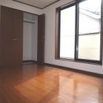■明るい洋室は大型収納付き!